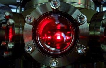 Immagine_Una nuvola di atomi di litio utilizzata per l_esperimento viene raffreddata tramite fasci laser all_interno della camera ad ultra-alto vuoto