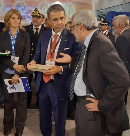 Ministro Costa con vascetta bioplastica ENEA (Ecomondo 2019)